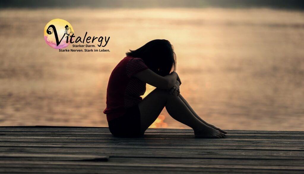 Vitalergy-Bild Frau am See mit Traurigkeit